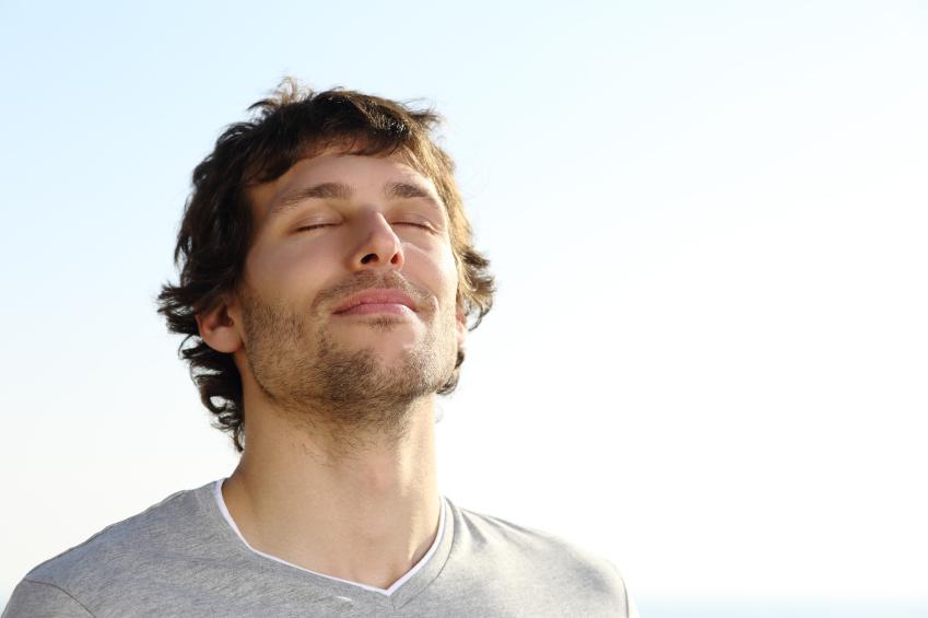 homme respire bonheur