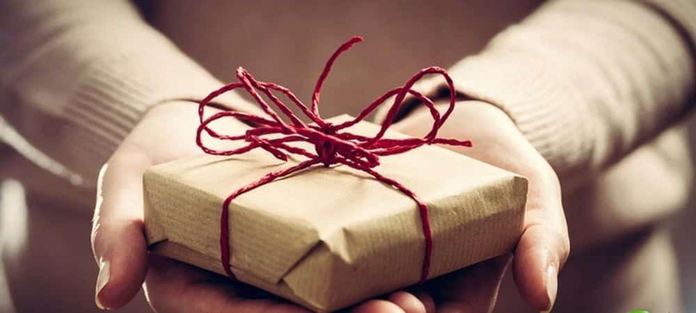 cadeau dans des mains