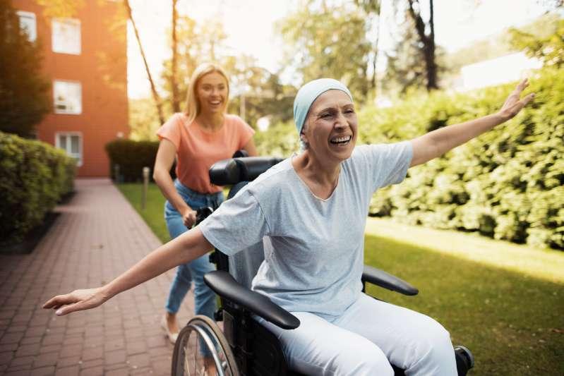 deux femmes fauteuil roulant