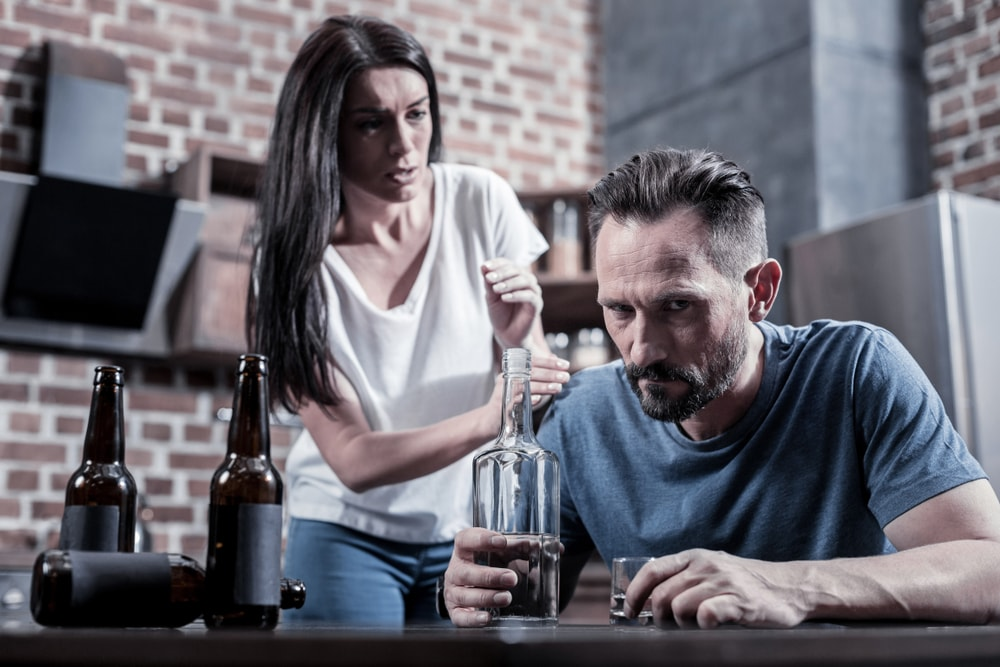 femme homme bouteille d'alcool