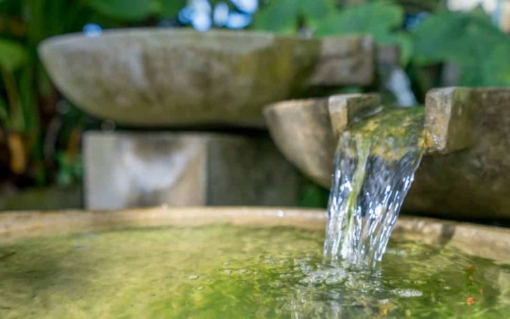 fontaine pierre eau qui coule