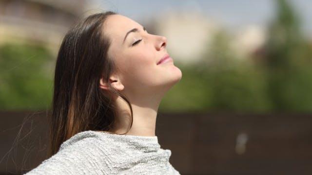 jeune femme respire paisiblement